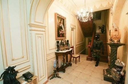 Журналисты прогулялись по разграбленному дому Пшонки. ВИДЕО