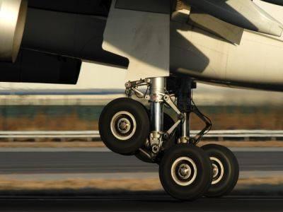 В аэропорту Сочи на взлетной полосе нашли детали самолета