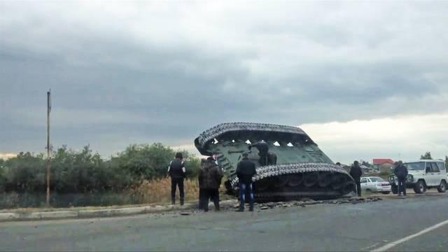 Курьезная авария с танком в России: появились видео с места ЧП