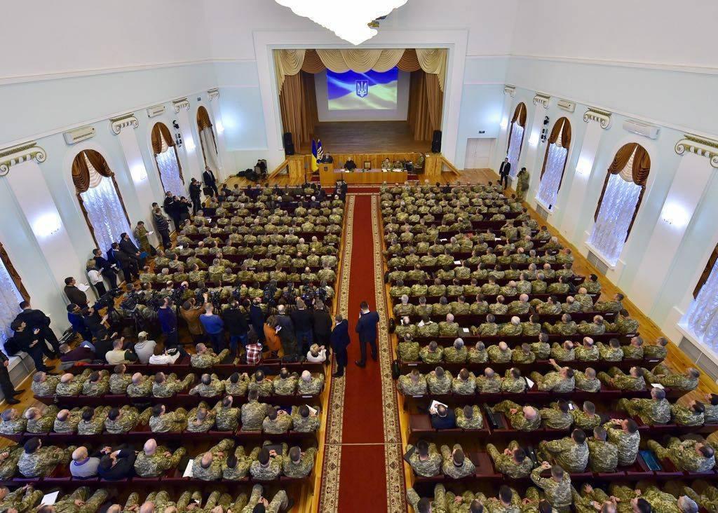 Порошенко: над Украиной до сих пор нависает угроза полномасштабной войны с РФ
