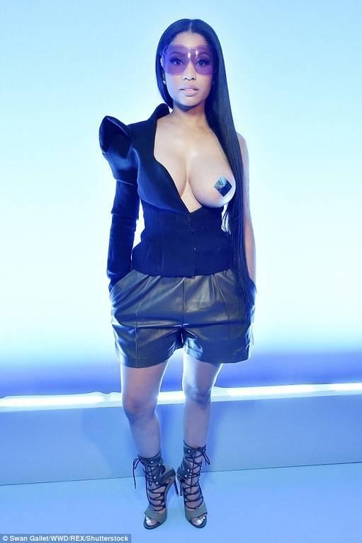 Американская звезда пришла на модный показ в Париже с голой грудью