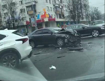 В Киеве разбился элитный автомобиль Bentley