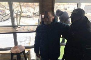 В Киеве задержали чиновника Дарницкой РГА, за взятки «крышевавшего» МАФы