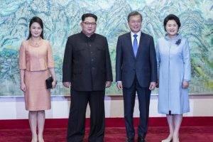 Ким Чен Ын оттолкнул фотографа за попытку снять его жену
