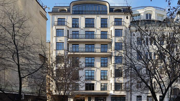 Юная помощница главы налоговой службы заработала на элитную квартиру с дровяным камином