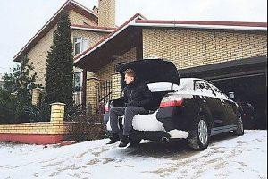 """Сын """"бедного"""" нардепа Хланя показал в соцсетях люксовые авто и элитный особняк"""