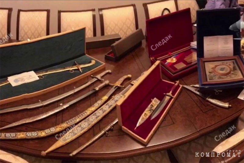 Во время обысков у Арашуковых нашли крупную сумму денег, драгоценности и оружие