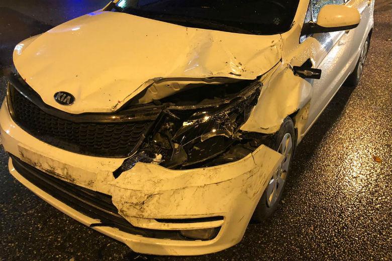 В Сочи полицейский на служебной машине сбил человека и врезался в два автомобиля