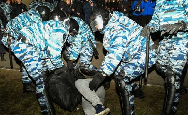 «Таких, как ты, надо убивать». Участник протестов в Екатеринбурге рассказал о своем задержании ОМОНом