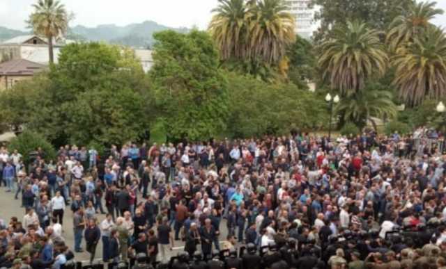 Активисты в Абхазии перекрыли трассы, заявив об отравлении кандидата в президенты в Москве
