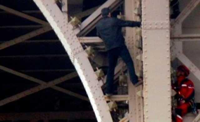 Россиянин забрался на Эйфелеву башню и попросил убежища у властей Франции