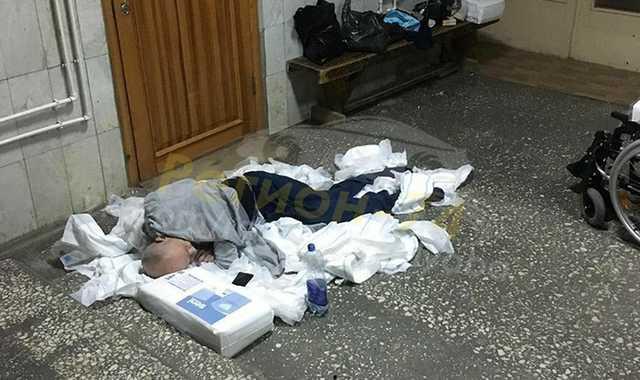В южноуральской больнице инвалида-колясочника оставили ночевать на полу в куче подгузников