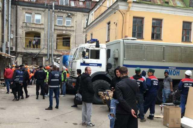 Чиновники с помощью ОМОН изъяли у нелегальных торговцев в Петербурге весь товар