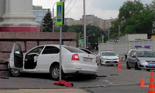 В Москве машина врезалась в здание Театра российской армии, погиб человек