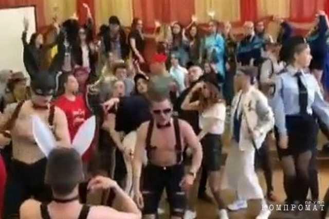 «Перепутали школу с баром»: выпускница школы во Владивостоке призвала поддержать директора