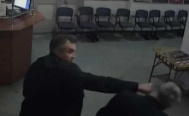 В Карелии депутат напал на замдиректора Дома культуры с кулаками из-за протекающей крыши