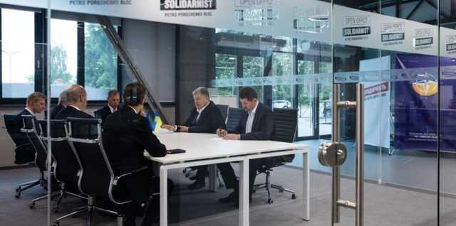 Журналист заметил в новом офисе Порошенко стулья, похожие на мебель из опустевшей ситуационной комнаты в АП