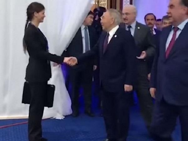 «Поцелуй, ну что ты»: в сеть попало видео странного знакомства помощницы Лукашенко с Назарбаевым