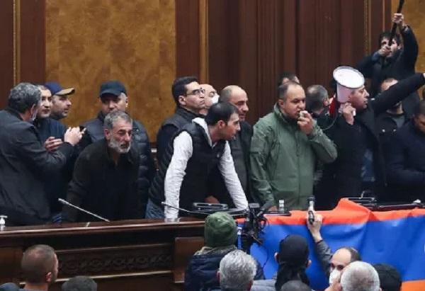 В Армении оппозиция попробует отменить решение о прекращении войны в Карабахе