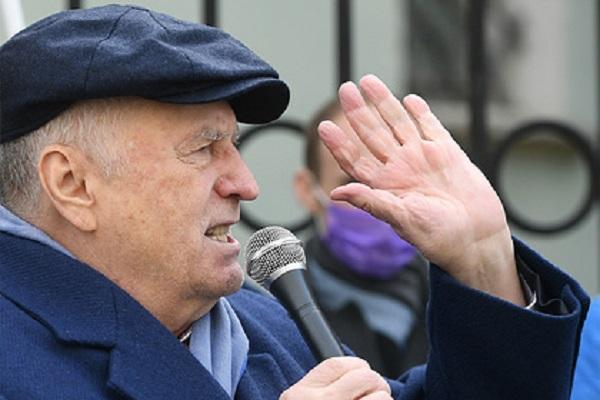 Жириновский предложил оставить Навального в Германии и аннулировать его паспорт
