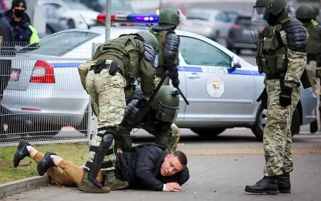 СМИ: Власти Беларуси забирают деньги со счетов пострадавших от рук силовиков, которые им выплатил фонд