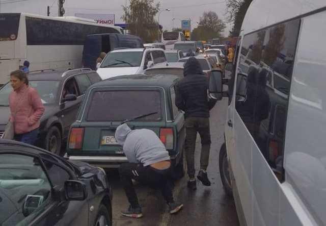 Карантинные поборы. На приграничном пункте «Лужанка» таможенники получают по 200-300 евро с машины за пересечение границы