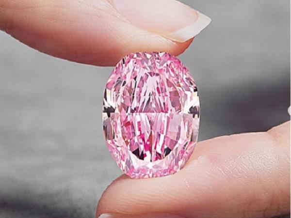 Уникальный розовый бриллиант продали за 26,6 миллиона долларов
