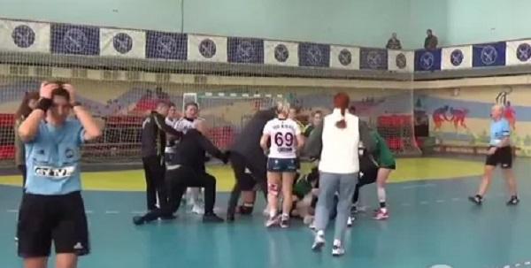 Украинские гандболистки устроили массовую драку «стенка на стенку»
