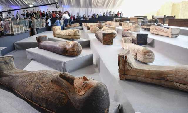 В Египте раскопали еще 100 саркофагов с мумиями, один из них вскрыли