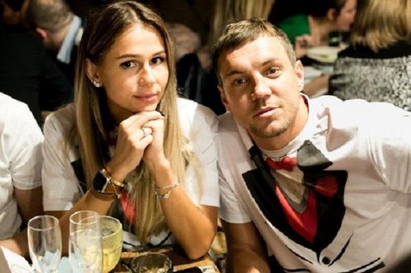Российские СМИ пишут, что футболиста-рукоблуда Артема Дзюбу бросила жена