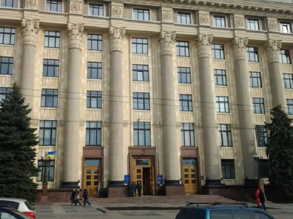 Кричал «Аллах акбар»: в Харькове неадекват разбил стекло в здании областной администрации