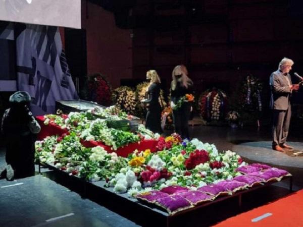 Скандал на церемонии прощания с Виктюком: обезумевшие фанатки облизывали гроб с его телом
