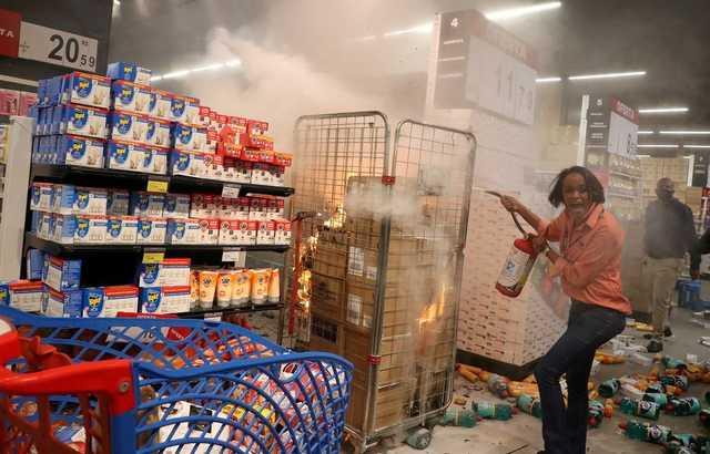 В Бразилии протестующие нападают на супермаркеты Carrefour после того, как охранники одного из них избили до смерти чернокожего мужчину