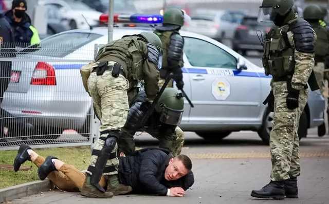 Появилось видео, как в Минске протестующие отбили у силовиков задержанного