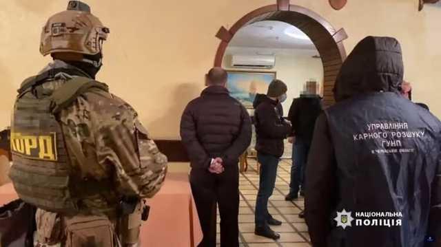 Под Черкассами копы приехали в ресторан из-за нарушения карантина и застали застолье криминальных авторитетов