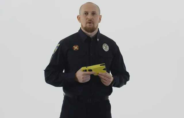 Начальник патрульной полиции испытал на себе новый электрошокер