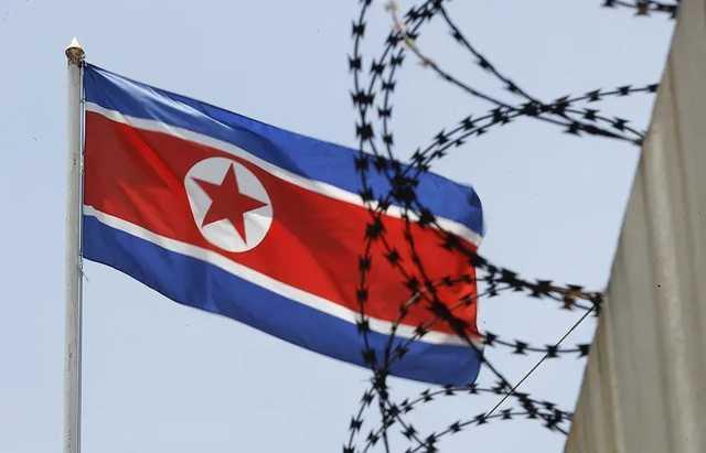СМИ: Перебежчик из КНДР перепрыгнул трехметровый забор на границе