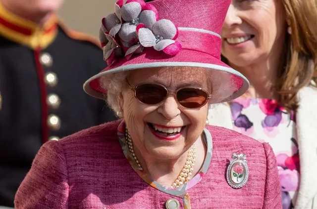 Королеве Великобритании изготовят убивающие коронавирус перчатки