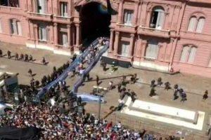 Гроб с телом Марадоны окружили армией и перенесли после начала столкновений с фанатами