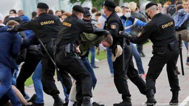Врезался головой в дерево и получил удар ниже пояса? Силовик на протестах в Минске попал в переделку