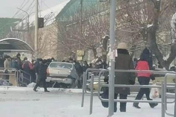 В российском городе автомобиль въехал в толпу людей