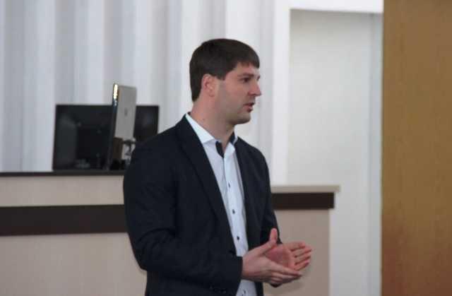 Одиозный взяточник из «Киевоблгаза» Дмитрий Дронов не устает зачищать правду о себе в интернете