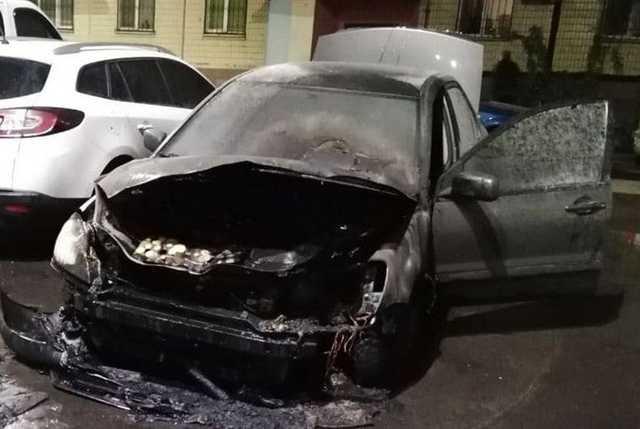 В Днепре подожгли Mitsubishi: хозяина авто госпитализировали