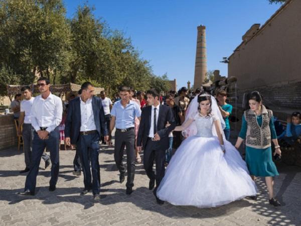 Положили на пол и начали при всех проверять девственность: в Узбекистане жестоко обошлись с молодой невестой