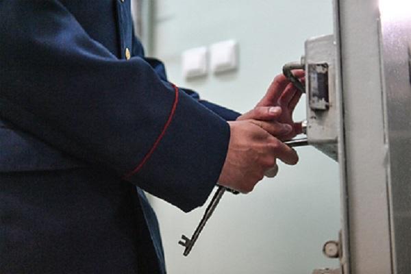 Заключенный воткнул заточку в спину сотруднику российской колонии
