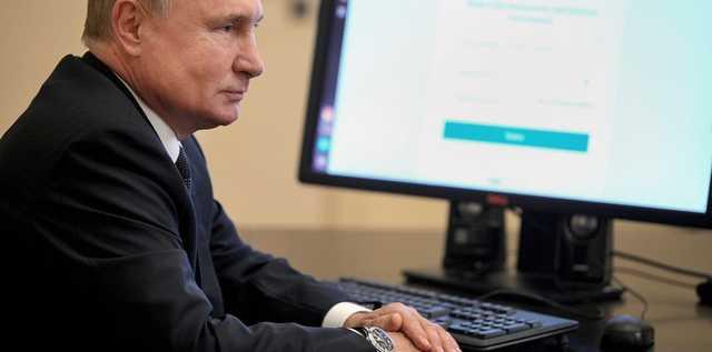 Самоизолировавшийся Путин показал, как голосует онлайн. На часах у него при этом — дата недельной давности