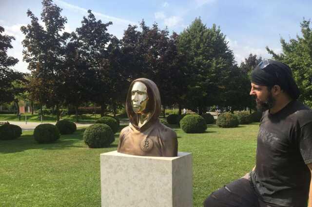 Узнай себя: в Венгрии установили памятник создателю биткоина