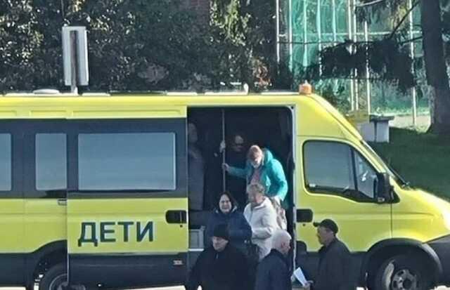 В Москве группу голосующих возят от участка к участку на автобусе с надписью «Дети»