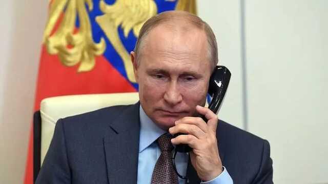 Песков объяснил разницу в датах на часах Путина при голосовании