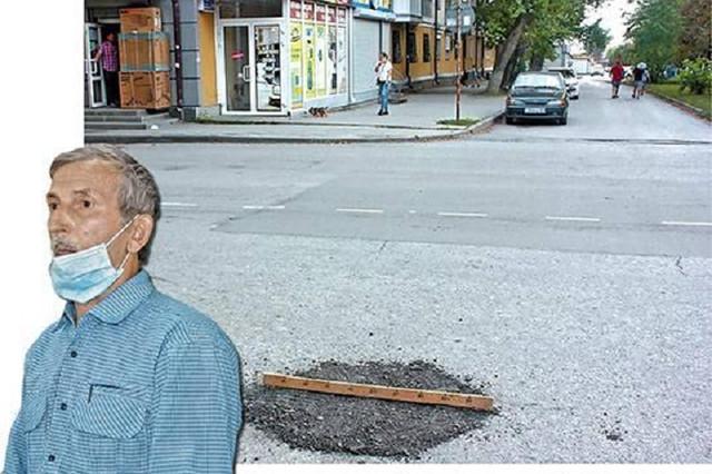 Латавшему ямы на дорогах пенсионеру пригрозили наказанием за самоуправство